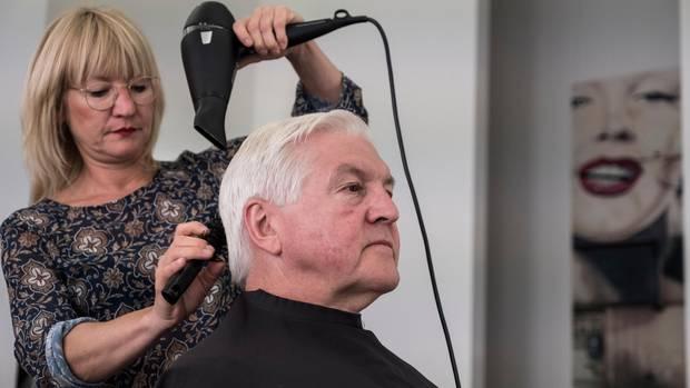 In Berlin sitzt Steinmeier in seinem Stammfriseursalon und guckt sehr amtlich an Marilyn Monroe vorbei