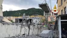 Eine Autobahnbrücke ragt über Trümmer hinweg ins Leere