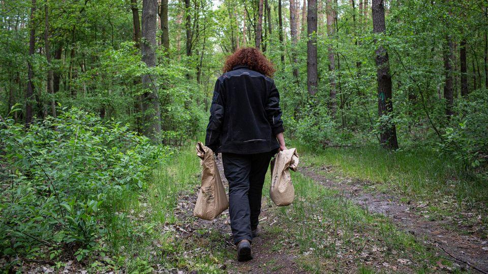 Grätz trägt die kostbaren Säcke zum Ort der Ansiedlung
