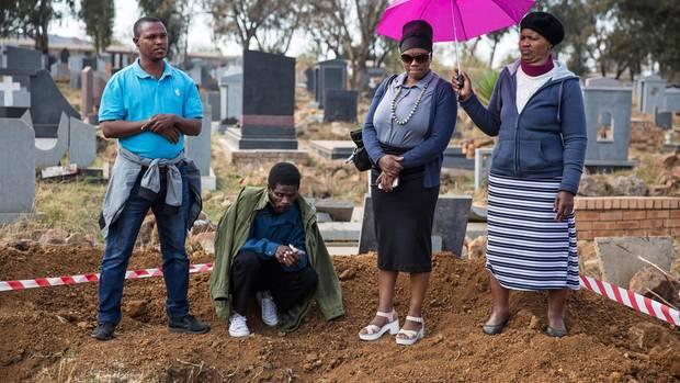 Die Familie eines 1988 Hingerichteten an der Stelle, wo das Regime seine Leiche und die anderer nach der Exekution anonym vergraben ließ