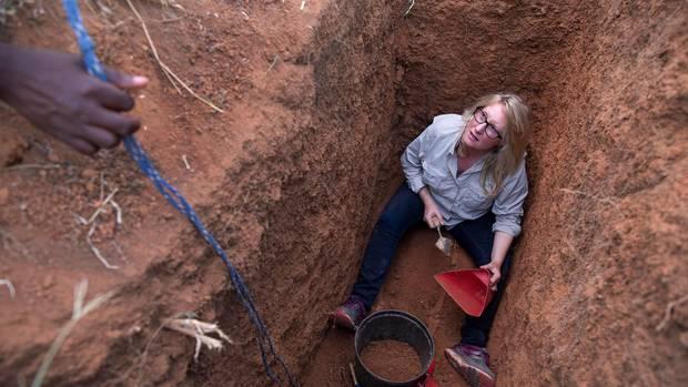 Recherche mit Hacke, Spaten und Eimer: die Forensikerin bei ihrer Arbeit auf dem Winterveld-Friedhof nahe Pretoria