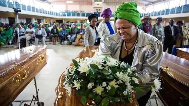 Feierliche Zeremonie nach der Übergabe gefundener Knochenreste an die Angehörigen. Hier trauert eine Frau um ihren vor Jahrzehnten gehängten Bruder.