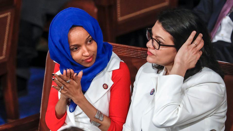 Ilhan Omar (l.) und Rashida Tlaib lauschen im KapitolderRede von US-Präsident Trump zur Lage der Nation