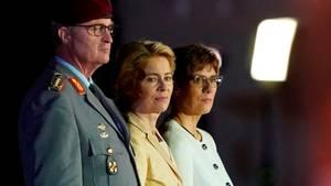 Ursula von der Leyen (m.) und ihre Nachfolgerin als Verteidigungsministerin,Annegret Kramp-Karrenbauer