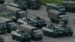 Militärfahrzeuge stehen vor dem Stadion von Shenzhen: China schickt eine eindeutige Botschaft an die Protestbewegung in Hongkong