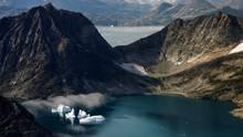 Grönland: Eisberge treiben zwischen schneefreien Bergen nahe Kulusuk. Donald Trump erwägt angeblich, die Insel zu kaufen.