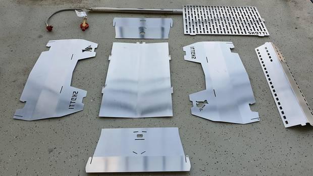 Ziemlich kompakt: Mit acht Einzelteilen aus Edelstahl plus Gasschlauch baut man den Grill zusammen.