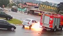 Die Feuerwehr in Brasilien fährt auf der Straße, als das Auto nebenan plötzlich in Flammen aufgeht