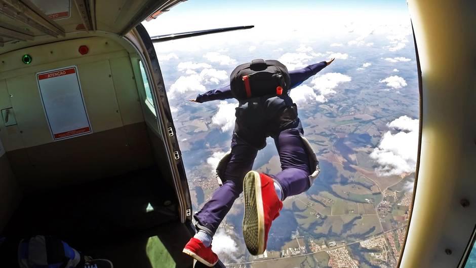 Fallschirmspringer lässt sich aus Flugzeug fallen