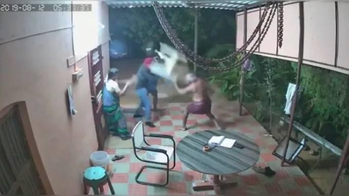 Altes Ehepaar kämpft mit Gartenmöbel gegen Einbrecher