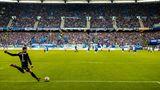 """Neue Abstoß-Regel: Ab sofortist der Ball im Spiel, sobald er mit dem Fuß gespieltwurde. Er muss den Strafraum dabei nicht verlassen. Diese Regeländerung wird das Spiel am meisten beeinflussen. Denn das Pressingverhalten, ein wichtiges Element bei vielen Trainern, wird sich teilweiseverändern. David Wagner, neuer Coach auf Schalke, hat es in einem """"FAZ""""-Interview so beschrieben:""""Aus meiner Sicht steigt die Gefahr, Umschaltmomente zu schlucken, denn normalerweise rollt der Ball zwei Sekunden, bevor er im Spiel ist, diese zwei Sekunden konnte man immer nutzen, um Räume zuzulaufen. Jetzt ist er in 0,1 Sekunden im Spiel, da bleibt keine Zeit mehr für diese Läufe. Eventuell kann das dazu führen, dass Mannschaften sich an die Mittellinie zurückziehen und nicht mehr am gegnerischen Strafraum anlaufen. Ich glaube, dass diese Regel das Spiel in jedem Fall einen Ticken verändern wird."""""""