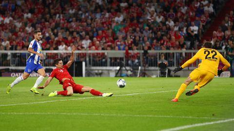 Robert Lewandowski schießt das erste Tor der neuen Bundesliga-Saison gegen Hertha