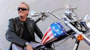"""17. August 2019  Der US-Schauspieler Peter Fonda ist im Alter von 79 Jahren gestorben. Der unter anderem wegen seiner Rolle im Kultfilm """"Easy Rider"""" bekannt gewordene Schauspieler starb nach Angaben seines Agentenin seinem Haus in Los Angeles. Er starb demnach im Kreis seiner Angehörigen an den Folgen einer Lungenkrebs-Erkrankung.Der Tod ihres """"gutherzigen"""" Bruders würde sie sehr traurig stimmen, teilte Jane Fonda (81) mit. """"Ich hatte in diesen letzten Tage eine wundervolle Zeit mit ihm alleine. Er schied lachend aus dem Leben"""", zitierte """"Deadline.com"""" aus Fondas Mitteilung."""