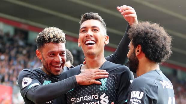 Roberto Firmino trifft zum 2:0, Trent Alexander-Arnold (l.) undMohamed Salah gratulieren (r.)