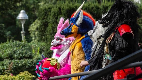 """Berlin, Deutschland.Gehen ein Fuchs und eine Katze Pfote in Pfote durch Neukölln -mehr als 3000 Liebhaber von Rollenspielen in bunten Tierkostümen - sogenannte """"Furry""""-Fans - haben in Berlin das europaweit größte Treffen der Szene besucht. Etwa die Hälfte der Besucher aus rund 40 Ländern sei kostümiert gewesen, sagte Sprecher Oliver Groch."""