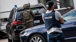 Mit einem Gewehr in der Hand hat ein Betrunkener in Berlin versucht, einen Autofahrer vom Parken abzuhalten. Am Ende musste das SEK anrücken (Symbolfoto)