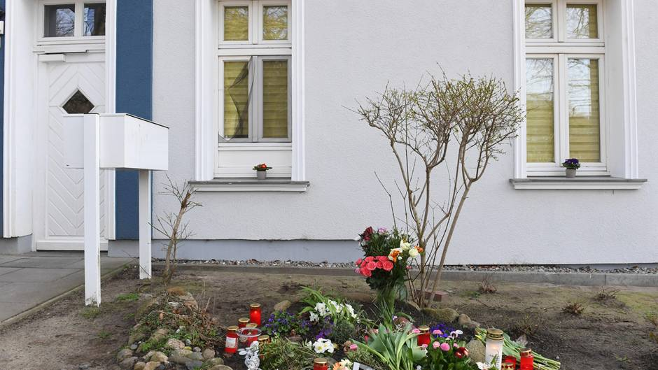 Kerzen und Blumen stehen vor dem Eingang des Hauses, in dem am 19.03.2019 eine 18-jährige Frau tot aufgefunden wurde. Die Tote wies Stichverletzungen auf. Sie stammte aus Stralsund und lebte alleine in der Zinnowitzer Wohnung.