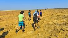 Touristen in der Danakil-Wüste, einem der unwirtlichsten und einst abgeschiedensten Orte der Erde