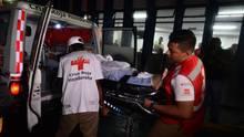 Mitarbeiter des Roten Kreuzes bringen einen verletzten Fan ins Universitätskrankenhaus