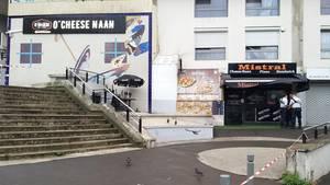 Polizisten vor einemSchnellrestaurant in einem Vorort von Paris. Hier soll sich das Unglück ereignet haben