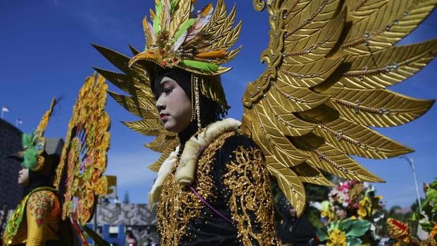 Banda Aceh, Indonesien. Ein Student feiert in einem prachtvollen Kostümauf einem Karneval die Unabhängigkeit Indonesiens vor 74 Jahren