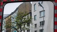 In einem Verkehrsspiegel spiegelt sich eine Häuserzeile