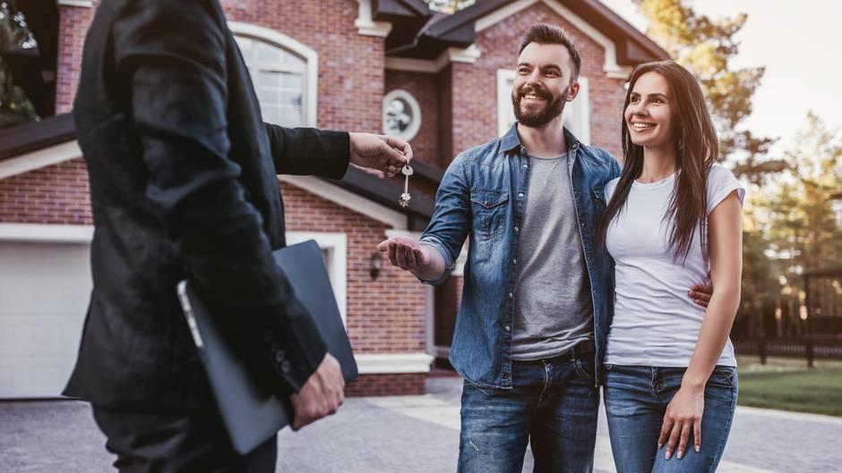 Ein Paar bekommt Hausschlüssel