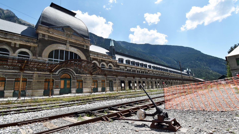 Fotostrecke mit 12 Bildern: Die eine Hälfte des 241 Meter langen Bahnhofgebäudes in dem kleinen spanischen Grenzort Canfranc.