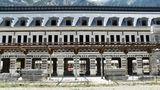 Über Jahrzehnte stand derüberdimensionierte Bau leer und verfiel. Um den Verfall zu stoppen, hatder Bahnhof ein neues Zinkdach erhalten.