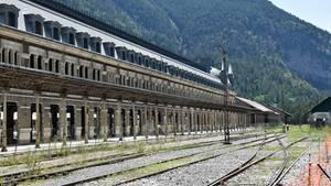 Das größenwahnsinnige Abfertigungsgebäude an der Grenze zwischen Spanien und Frankreich hat 365 Fenster und 150 Türen.