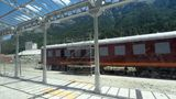 Auf einem der einst 27 Gleise sind historische Personenwaggons abgestellt