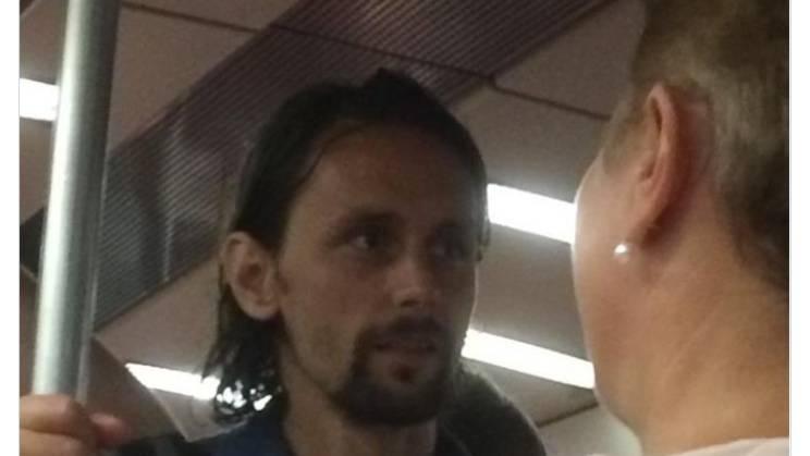 Ein unterbelichtetes Foto zeigt Neven Subotic vom 1. FC Union Berlin in einer S-Bahn stehend