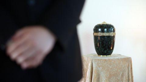 Eine Urne steht auf einem kleinen Tisch