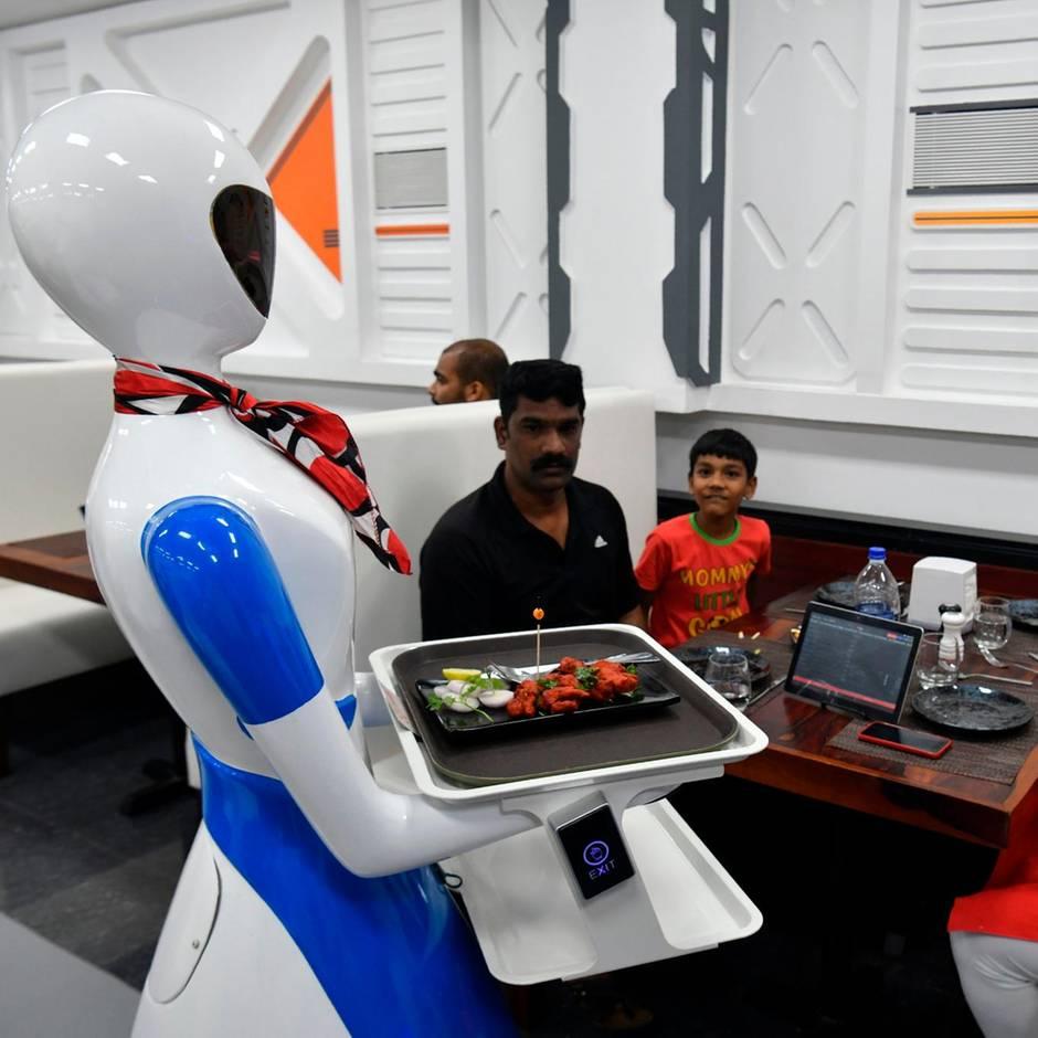Indien: Mit Rock und Brüsten: Restaurant ersetzt Personal durch Roboter-Kellnerinnen
