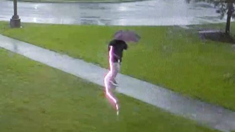 Dieser Mann in South Carolina wird fast vom Blitz getroffen.