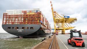 """Bremerhaven, Deutschland:Das derzeite größte Containerschiff der Welt """"MSC Gülsün"""" läuft erstmals das Container-Terminal Bremerhaven an. Die «MSC Gülsün» kann nach Angaben der Schweizer Reederei Mediterranean Shipping Company (MSC) 23 756 Standardcontainertragen, darunter 2000 Kühlcontainer."""