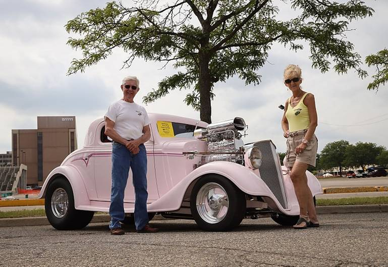 """Jeannie und Kenny sind eigens aus Pennsylvania nach Detroit gekommen, um ihre """"Miss Pinky"""" mit 803 PS vorzuführen"""
