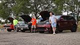 Bill Stenquist (links) und Tim Wanke präsentieren ihre Autos - auch ein Jeep Trackhawk wird akzeptiert