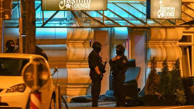 Polizisten stehen vor der Shisha-Bar in Magdeburg