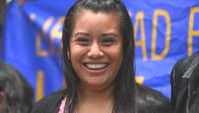 Evelyn Hernández nach ihrem Freispruch vor dem Gericht in Ciudad Delgado in El Salvador