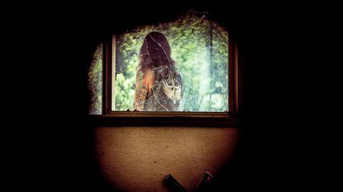 Allen Donovan von hinten in einem Spiegel fotografiert