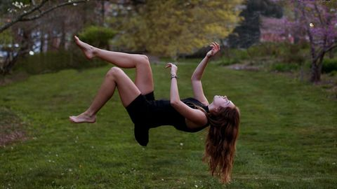 Frau fällt