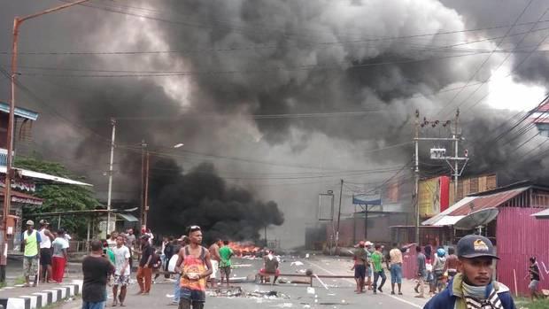 Rauch steigt während der Unruhen in Manokwari, Papua auf