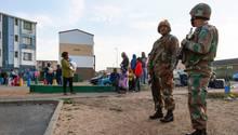 Soldaten der südafrikanischen Streitkräfte sichern während einer Operation in Ottery,einem Vorort in Kapstadt, die Umgebung. Hunderte von Polizisten hatten im Rahmen der Operation Fiela Häuserdurchsucht, um kriminelle Aktivitäten zu unterbinden.