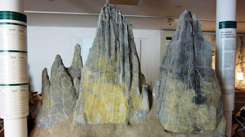 Die Drei Zinnenals Modell in Toblach mit den verschiedenen Kletterrouten durch die Nordwände
