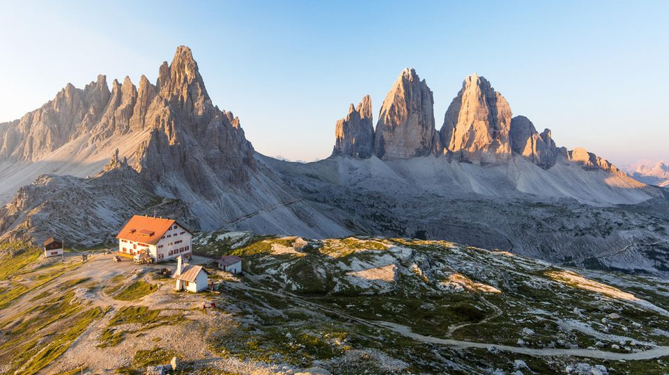 Panorama in den Sextner Dolomiten: Über der Drei-Zinnen-Hütte erhebt sich der Paternkofel und rechts im Bild die Drei Zinnen