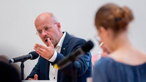 """Andreas Kalbitz (AfD) diskutiert mit Brandenburger Schülerinnen und Schülern zum Thema """"Soll zum Schutz der heimischen Insekten- und Vogelpopulation die Förderung von Windkraftanlagen beendet werden?"""""""
