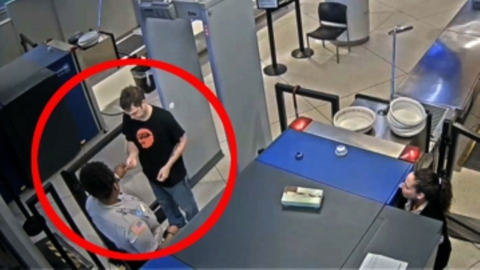 Eine Kameraaufnahme zeigt eine Mitarbeiterin und einen Passagier bei der Securitykontrolle am Flughafen