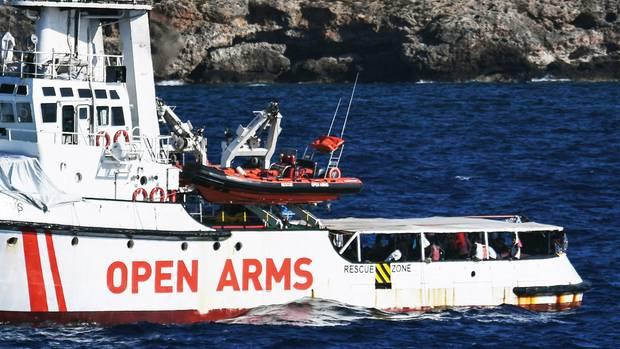 """Die """"Open Arms""""ist seit fast drei Wochen auf dem Meer unterwegs und hatte zuletzt noch etwa 90 Menschen an Bord"""