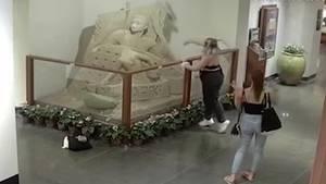 Diese Teenager zerstören eine Sandskulptur in einer Hotellobby auf Hawaii.